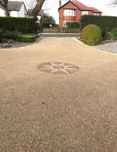 Resin driveway with central feature
